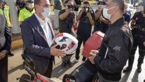 Seçer,Yoldan Geçen Kasksız Motosiklet Sürücüsüne Kask Hediye Etti