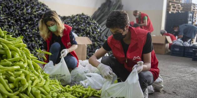 Mersin Büyükşehir, Üreticinin Elinde Kalan Sebzeleri Dar Gelirli Vatandaşlara Ulaştırıyor